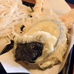 にしきそば - 天ぷらもしっかり揚げたてで美味しいな~日本酒進む♡