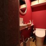 創作串揚げ&WINE 一條家 - 女性専用トイレには各種アメニティをご用意しています。もう一つ男女兼用トイレもございます。