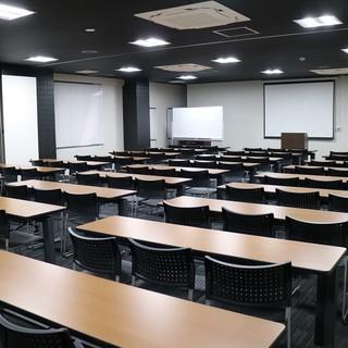 別フロアに100名収容の会議室・セミナールームが設備!