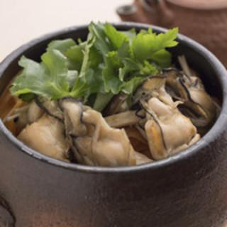生の牡蠣を土鍋に入れ、特製の出汁で炊き上げた『牡蠣の土鍋飯』
