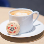 KASHIYAMA DAIKANYAMA CAFE  - カフェラテ。マカロンはラデュレの限定ものです♡