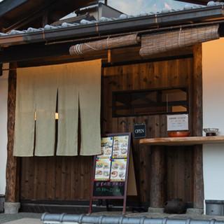 酒蔵のような白壁と大きな開き戸が目を引く、隠れ家的な当店へ