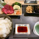 黒てつ家 - 生馬刺し定食 980円(ご飯大盛=同価格)