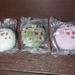 薩摩菓子所 富久屋 - 料理写真:かるかん3種 左から ノーマル、よもぎ、紫芋