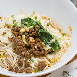 特注の麺で作る成都式担々麺は、汁なし・汁ありどちらもオススメ