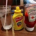 T.G.I FRIDAYS - マスタード、ケチャップ、水もアメリカンサイズです