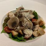 117789744 - グリルベーコンと秋茄子のチョップサラダ  生マッシュルームがいい。ベーコンが厚切り。ボリュームがあります。
