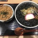 駅そば しらかみ庵 - 海苔そば(480円)とミニそぼろ丼(210円)