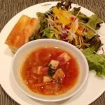 117809984 - セットのスープ、サラダ、フォカッチャ。