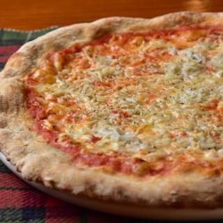 経験を積んだシェフこだわりのオリジナルピザや一品料理をどうぞ