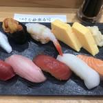 つきぢ神楽寿司 - 横綱1840円(税込み)。中トロ、ブリ、づけ、イカ(塩)、ウニ、赤エビ、コハダ、穴子の一本握りと、玉子、お味噌汁のセットです。コハダ以外はとても美味しくいただきました(╹◡╹)