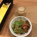 ベロ カフェ - 料理写真:サラダと乳酸菌飲料