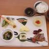 ブック&カフェ こ・らっしぇ - 料理写真:七ヶ宿焼「東北炭流し」の作品プレートに盛り合わせた新なないろプレート