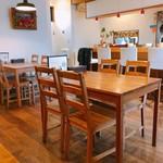 スープカレー マルナ - 素敵な店内 カウンター席&テーブル席 奥にはまだテーブル席がありますよ