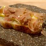 117859587 - 自家製パンと薫製バター、イタリア アルバ産 白トリュフ