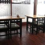 げんこつ屋 - テーブル席x3 と カウンター席 + 座敷