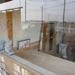 らーめん高島 - 入口脇には「麺打ち場」・・