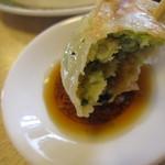 らーめん高島 - 『餃子」を調味料にチョイと浸け・・