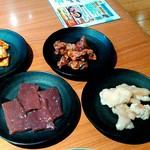 三夢 - 味噌ダレ牛コリコリ焼き、味噌ダレ牛タン切り落とし、本塩牛レバー、ネギ塩牛シマ腸