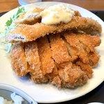 ひわさ屋 - 手前/阿波尾鶏のチキンカツ 奥/太刀魚のフライ
