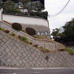 日和庵 - 細い路地を上って、日和庵の駐車場に到着。階段上に日和庵が見える。