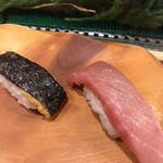 うまい鮨勘 - 中トロ445円、炙りしゃけとろ皮170円。中トロはまあまあ、鮭の皮は焼き過ぎでした。。。こういうトロをいただくと、初セリで有名なチェーンは、美味しいんだなぁと思います