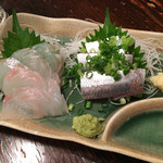魚寅食堂 - 鰯刺しと平目サシ各300円(税別)