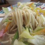 11791457 - 見た目はフツーのチャンポンなのですが、スープを味わうと…和風?甘めの醤油味で、庶民的なうどんつゆみたいな味がします。
