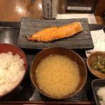 炭火焼干物定食 しんぱち食堂 - 銀鮭定食
