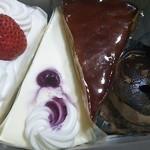 スイーツ パラダイス ケーキショップ - 買ったもの…買い過ぎかも!?(左から…) ・ショートケーキ・レアチーズケーキ ・カラメルのとろ生ケーキ・チョコレートケーキ