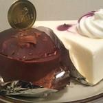 スイーツ パラダイス ケーキショップ - 夜になって… チョコレートケーキとレアチーズケーキ食べちゃいました