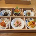 五感レストラン ベイベリー - 前菜の盛り合せは有田焼を使った小さな器にお肉や魚を使った料理が一口サイズで盛り付けてありました。