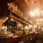 喫茶ジャワ - 一階のカウンター