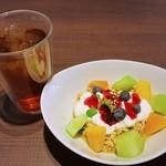 メロウ ブラウン コーヒー - オーツ麦&フルーツヨーグルト900円とアイスティー300円