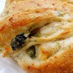 117981274 - ペンギン ベーカリーカフェ 「ほうれん草とチーズパン」