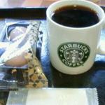 スターバックス・コーヒー - ドリップコーヒーとチョコレートのマカロン