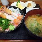 漁師のおかず海老や - ランチ (三色丼+味噌汁+玉子焼き+お新香) 税込み 850円