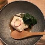 ほっこり家 - お通しの胡麻豆腐。美味しいですよ