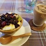 カフェ&バー ティー フォー ツー - アサイーボウルとアイスカフェオレ