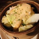 串もんDiningくしべえ - お通し キャベツと蒸し鶏のチーズ蒸し