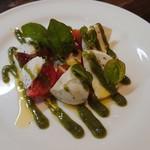 ドラドーヤ - 料理写真:モッツアレラチーズと美味しいトマトバジルソース