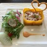 118013981 - 軽く炙った兵庫県産甘海老とアボカド マンゴーのケーキ仕立て 小さなサラダと海老の旨みのヨーグルトソース