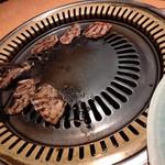 焼肉 のがみ苑 - 【2019.10.21(月)】お肉を焼いている