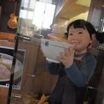 麺屋 あおい - いろいろ飾ってある店内&若い従業員さん