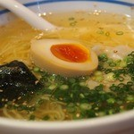 麺屋 あおい - 琥珀ラーメン(塩)、澄んだスープ