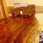永らく - 地下座敷の民芸調テーブル