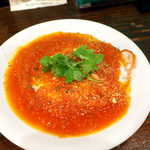 メキシカン・バー ソル・マリアッチ - ウェポスランチェロス(¥800)。トルティーヤの上に目玉焼きが乗り、トマトソースとパクチーの風味でいただく