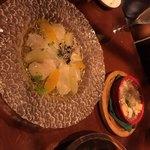 生け簀の銀次 - ホタテとフルーツのフレッシュカルパッチョ 右:小エビとマッシュルームのガーリックアヒージョ