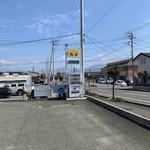 たべものや跳扉 - 駐車場と看板