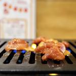 名物鶏ホルモン ひね屋 - ガスコンロで調理